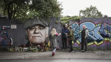 Da Miki Pau Otkjær hører om Kim Larsens død, kører han ud til Christiania og maler en graffiti af sangerens kontrafej på et planke-værk