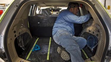 En mexicansk arbejder i gang med at samle en bil på en bilfabrik i Ecatepec i Mexico. Siden NAFTA trådte i kraft i 1994 er store dele af amerikanske bilfabrikkers produktion flyttet til Mexico, hvor arbejdskraften koster en tredjedel.