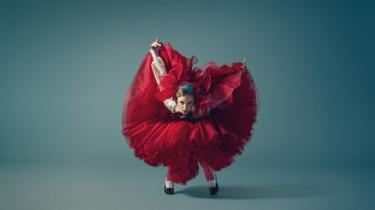 Farverne skriger vellystigt fra de vilde kostumer i den nye ballet 'Carmen' hos Den Kongelige Ballet. Men fortællingen drukner i showeffekter.