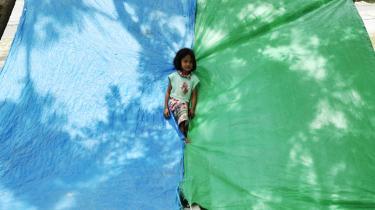 Børn leger i en flygtningelejr nær strandbyen Palu. Den er oprettet efter en voldsom tsunami sidste fredag ramte den indonesiske ø Sulawesi.