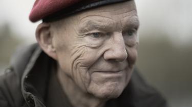 Advokat Henrik Holm-Nielsen, 80 år, er død. Nu skal vi ikke længere se den farverige advokat ankomme til retten i sit letgenkendelige outfit: En rød baret, camouflagefarvet jakke og vandrebukser