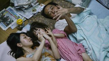 Japanske Hirokazu Kore-Edas Guldpalmevinder, 'Shoplifters',filosoferer over, hvad der egentlig er essensen af en familie og relationer mellem børn og forældre.