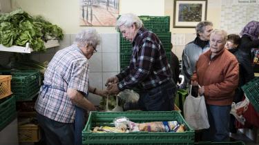 Bayern er et af de rigeste områder i Europa. Men i byen Deggendorf ved hjørnet ned mod Tjekkiet og Østrig sponserer de lokale supermarkeder mad, som ved siden af byens flygtningecenter dagligt deles ud til mindrebemidlede borgere. De er generelt ikke synderligt tilfredse med den tyske flygtningepolitik.