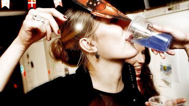 Vi er nødt til at ændre vores absurde forhold til alkohol. Det er utroligt, at noget, der skader hjernen så meget, kan være så svært at lade være med at indtage, skriver Sacha Bavnhøj.