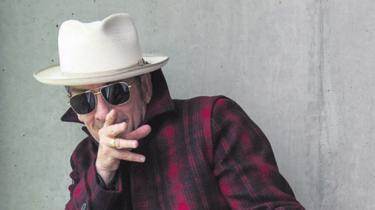 Elvis Costellos nye album 'The Look' er et spraglet galleri af karakterer, der dømmer hinanden. Og selv om de er stereotyper, er de i virkeligheden, som vi mennesker er flest: fordomsfulde og med elendig dømmekraft