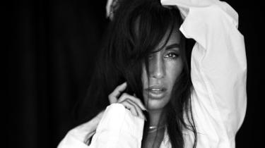 Ti år efter megahittet »Kun for mig« er Medina aktuel med 'Grim', et dansksproget album om de kærlighedsrelationer hun indgår i: de ulykkelige, de håbefulde, de tryghedsskabende, de mirakuløse og dem, hvor hun må trygle sin partner om at lyve hende smuk