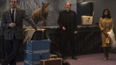 Drew Goddard kan ikke vælge, hvad han vil fortælle i sin nye film, 'Bad Times at the El Royale', og har i stedetkreeret en gigantisk, fleretagers rodebutik med et brogetpersongalleri.