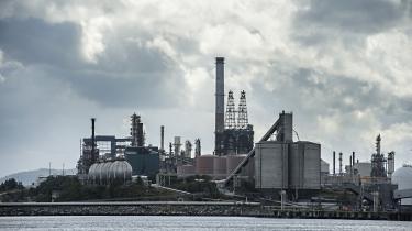 Olieraffinaderi i industriområdet Mongstad i Norge.