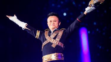 Jack Ma er verdens 20. rigeste mand og stifter af Kinas svar på Amazon: Alibaba. Ifølge DI Handel må Alibaba og Jack Ma, der her i anledningen af Alibabas årsfest har klædt sig ud som Michael Jackson, selv finansiere grøn omstilling uden dansk udviklingsbistand.