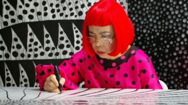 Det tager den japanske kunstner Yayoi Kusama tre dage at lave et af sine store, sort-hvide tuschværker.