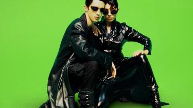 I musikvideoen til »1999« genskabes nostalgiske 1990'er-referencer som filmscener fra 'The Matrix'. Det er ikke en en spydig parodi, hånligt eller kynisk, men snarere en slags hyldest fra Charli XCX og den unge australske sanger og YouTube-stjerne Troye Sivan, der er featuring på nummeret.