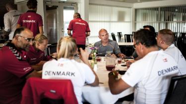 Kim Wilsborg (i midten) er holdkaptajn for de danske deltagere ved legene. Han vidste ikke, hvad det indebar, da han blev bedt om at påtage sig det – kun at nogen pludselig så et potentiale i ham. Og det var afgørende, fortæller han.