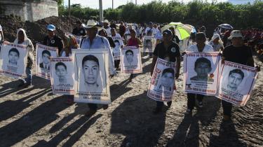 Pårørende til de 43 lærerstuderende, som forsvandt i Iguala i 2014, demonstrerer på årsdagens for deres forsvinden. Angrebet mod de studerende blev udført af grupper fra det statslige og lokale politi samt hæren
