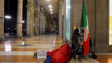 Den hidtidige økonomiske politik, som tidligere italienske regeringer har stået for, og som EU har foreskrevet, har ikke virket for italienerne. BNP pr. indbygger er i dag lavere, end det var i år 2000. Købekraften er udhulet, væksten er lav, og cirka 20 procent af italienerne lever for under 6.000 kr. om måneden.