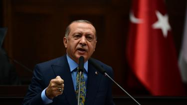 Den tyrkiske præsident Recep Tayyip Erdogans slog tirsdag fast, at Tyrkiet er overbevist om, at mordet på den saudiske journalistdiplomat Jamal Khashoggi var nøje planlagt. Han vil vide af hvem, og understregede, at han ikke helmer, før forløbet er klarlagt »fra gulv til loft«.
