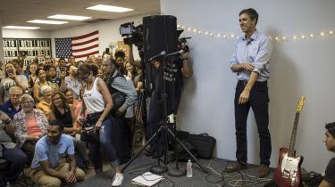 En række opsigtsvækkende kampagner forsøger at få ungdommen til at stemme ved det kommende amerikanske midtvejsvalg. Men det store folkelige engagement i valgkampen skyldes ifølge amerikanske valgforskere først og fremmest had eller kærlighed til præsidenten