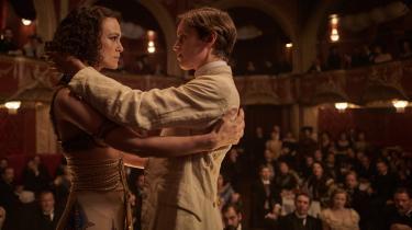 Colette (Keira Knightley) og Missy (Denise Gough) skaber skandale, da de optræder som kvinde og mand på scenen i en vovet forestilling i Wash Westmorelands 'Colette'.