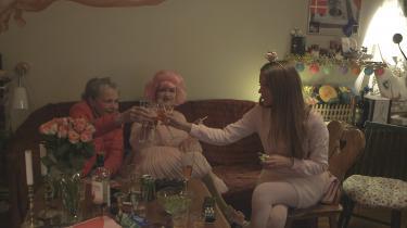 Når Gina Jaqueline er sammen med sin mor og mormor ligner de tre skønhedsvelsignede feer, der har holdt alderen fra døren ved at omgive sig med pynt og glimmer, og som nyder at gøre sig til smukke dukker for deres eget og hinandens blik.