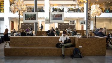 Antallet af studerende, der dropper ud af universiteterne, er siden 2014 steget med 20 procent. Politiske tiltag som fremdriftsreform og uddannelsesloft er en afgørende del af forklaringen, vurderer eksperter. Uddannelsesministeren erkender problemet