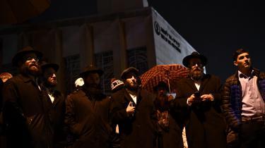 Folk samles uden for 'Tree of Life'-synagogen i Pittsburgh efter en stærk bevæbnet mand åbnede ild under en navngivningsceremoni lørdag morgen.