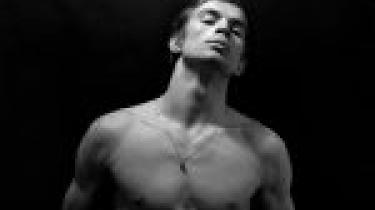 Dokumentarfilmen Nureyev er en politisk skildring af, hvordan balletdanseren Rudolf Nureyev i 1961 hoppede af til Vesten – og omgående fik kultstatus.