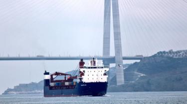 Det russiske fragtskib Sparta III i Bosporus-strædet på vej fra den russiske sortehavsby Novorossijsk med kurs mod Tartus i Syrien. Skibet har ligget i rutefart med våben til Syrien i de seneste år, men tog i september i år en afstikker til Sankt Petersborg. Nu er Sparta III på vej mod Vietnam med russiske våben om bord.