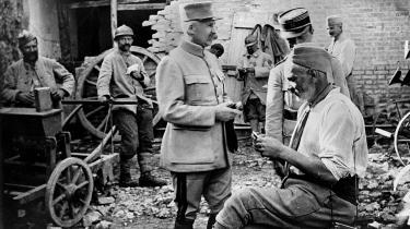Philippe Pétain blev hyldet som en krigshelt for sin indsats under Første Verdenskrig. Men i 1945 blev han dømt for højforræderi. For Pétain stod i spidsen for Vichy-regimet, der var Nazitysklands alliancepartner og indførte 'jødelove' efter nazitysk forbillede, udleverede franske jøder til deportation til udryddelseslejre.