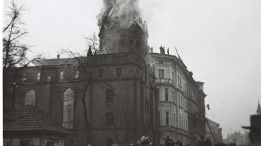 Under Krystalnatten den 9. november 1938 smider Det Tredje Rige endegyldigt masken, da naziledelsen sætter gang i de brutale pogromer mod de tyske jøder. Om formiddagen den 10. november sættes der ild til synagogen i byen Glatz – eller Kłodzko – i Schlesien i det nuværende Polen, hvor også en række jødiske forretninger plyndres, mens et ukendt antal jødiske mænd deporteres til KZ-lejren Buchenwald.