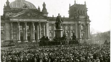 Den 9. november 1918 udråber socialdemokraten Philipp Scheidemann Den Tyske Republik fra en balkon på Rigsdagsbygningen i Berlin. Det markerer kejserrigets undergang og fører til afslutningen på Første Verdenskrig.