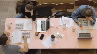 Studerende i gang med en opgave. Flere og flere afsløres i at plagiere. Det er ikke nødvendigvis bevidst snyd, men mange studerende har svært ved at gennemskue reglerne for, hvornår man parafraserer eksisterende viden – og hvornår man skriver af.