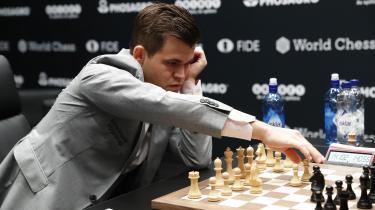 Inden lørdagens parti, hvor Carlsen havde fordelen af at have de hvide brikker, var spørgsmålet, hvordan de to spillere ville reagere efter fredagens drama.