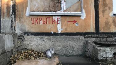 Livet er så småt vendt tilbage til Donetsk. Men kører man bare15 minutter ud af byen mod lufthavnen, der ligger i ruiner,ser bybilledet anderledes ud.Her er nedlukkede fabrikker, smadrede vinduer, skudhuller og ødelæggelser fra artillerigranater. Det russiske ord for 'bombeskjul' står her på en mur.