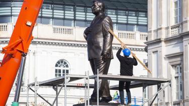 På den store Pilsudski-plads midt i Warszawa blev en seks meter høj statue af den afdøde præsident Lech Kaczynski, partiformand Jaroslaw Kaczynskis tvillingbror, afsløret lørdag. Stauen er en del af den slåskamp, som fejringen af landets 100-årsdag har udviklet sig til.