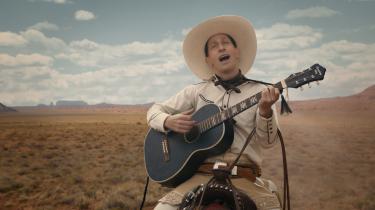 Tim Blake Nelson giver den hele armen som troubadour og revolvermand i Coen-brødrenes underholdende westernantologi, 'The Ballad of Buster Scruggs'.