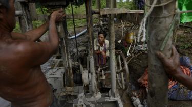 Da ingen af oliearbejderne har teknik, som kan spore, hvor olien befinder sig, borer de i blinde. De kan bruge flere dage på at bore et hul manuelt og viser det sig, at der ingen olie er, må de fortsætte et nyt sted.