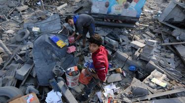 Mandag og tirsdag var der raketter og luftangreb frem og tilbage mellem Gaza og Israel med flere døde til følge. Her er det ruinerne af tv-stationen al-Aqsa TV's bygning.