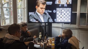 Efter den dramatiske begyndelse på skak-VM mellem Magnus Carlsen og Fabiano Caruana er dramatikken ebbet ud i tredje og fjerde parti, der efter en stribe såkaldte afbytninger mundede ud i to relativt flade remiser