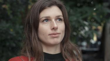 Over hele verden er unge begyndt at protestere mod den fortsatte ødelæggelse af kloden. I Danmark har 24-årige Esther Michelsen Kjeldahl taget initiativ til Den Grønne Studenterbevægelse – for hun er færdig med at vente på 'de voksne'