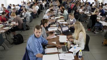Aarhus Universitet er blandt de uddannelsesinstitutioner, der må skære markant i studiepladser.