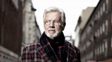 Der skal en meget stor overfrakke til at rumme både Becketts absurde teater og Ballings lystige folkekomedier, men sådan én bar Morten Grunwald med stor selvfølge og værdighed på sine brede kunstnerskuldre