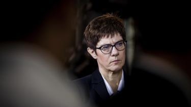 Det ville være forkert at reducere kampen mellem Friedrich Merz og Annegret Kramp-Karrenbauer til en kønskamp. Sådan ser partiet det heller ikke. Men det er sandt, at der fortsat projiceres noget kvindeligt ind i en værdimæssig liberalisering af CDU, siger tysk politolog.