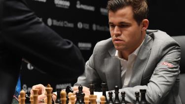 Verdensmesteren Magnus Carlsen var i problemer i 8. parti, men fik reddet stormen af, og så endte det med ottende remis.