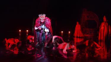 'Kongens Fald' har netop haft premiere på Det Kongelige Teater. Det aktualiserer et tilbagevendende problem for filmbranchen: Værket er på det nærmeste umulig at omskabe til film. Det måtte blandt andet instruktør Jesper Jargil sande.