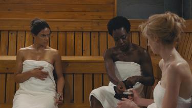 Tre enker (spillet af Michelle Rodriguez, Viola Davis og Elizabeth Debicki) må fuldføre et af deres afdødeforbrydermænds kup for at overleve i Steve McQueens melankolske 'Widows'.