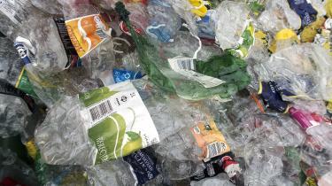Hvis vi kun sætter ind på genanvendelse af plastik, vil det i yderste konsekvens betyde, at vi får endnu flere varer pakket ind i plastik – og det er jo det modsatte af det, vi ønsker.