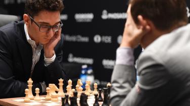 Magnus Carlsen overraskede Fabiano Caruana i det niende VM-parti i skak, men amerikaneren viste rettidig omhu