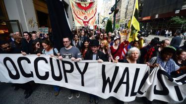 »Den amerikanske protestbevægelse Occupy Wall Street opererede med et folk, der udgjorde 99 procent mod den ene procent velhavere. Greider og Linderborg har ladet eliten vokse til 10 procent, mens de øvrige 90 procent med en noget løs definition udgøres af alle, som har tabt i klassesamfundet. Markedsliberalismen er fjenden, arbejderklassen den handlende kraft,« skriver Carsten Jensen omGreider og Linderborgs nye bog'Det populistiske manifest'.