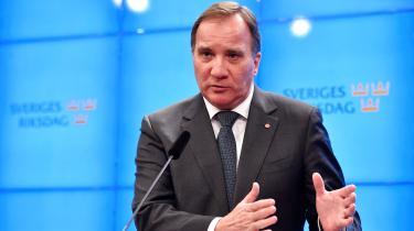 Positionerne i svensk politik er for første gang siden valget i september ved at flytte sig i retning af noget, der kan åbne for en ny regering. Fredag fik fungerende statsminister Stefan Löfven mandat til at foreslå en ny regering