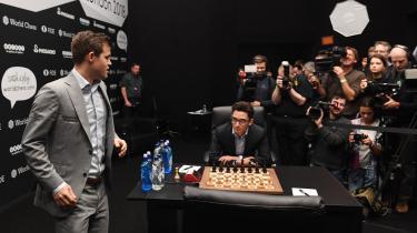 Magnus Carlsen (t.v.) ankommer til 11. parti af VM-dysten i London.