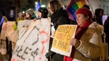 Demonstrationerne mod strammere abortregler har været enorme og har trukket internationale overskrifter. Som resultat besluttede Polens parlamentet den 6. oktober at afvise 'Stop abort'-lovforslaget, der havde til formål at forbyde abort i alle andre tilfælde, end når morens liv var i fare, mens kvinder, der søgte andre former for abort, skulle kriminaliseres.